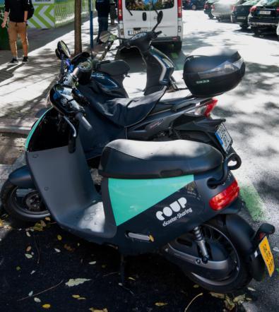 Para los vehículos privados existen aparcamientos privados donde estacionar, además de dos públicos en el último tramo. Las motocicletas cuentan con espacios reservados –imagen superior–, aunque su presencia es constante en las aceras.