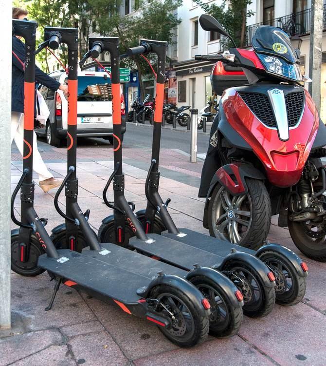 Además, ya se ven vehículos de movilidad urbana, en ocasiones mal estacionados en las aceras de la vía.
