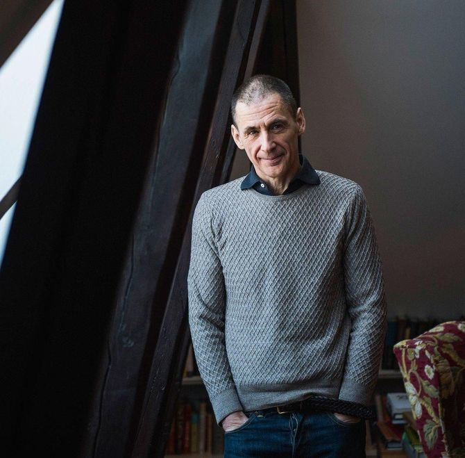 Lagercrantz (Suecia, 1962) aceptó en 2013 el encargo de la editorial sueca Norstedts de dar continuidad a la serie de Millenium, por decisión de los herederos de Larsson, de tal forma que ha escrito las tres últimas.