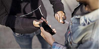 Acude a comisaría a denunciar el robo de su teléfono y termina en los calabozos