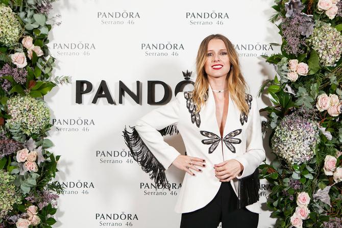 En la imagen de arriba, Manuela Vellés posando con un choker de la colección PANDORA Reflexions, creado con dos pulseras en PANDORA Rose, y con anillos de la colección de Otoño.