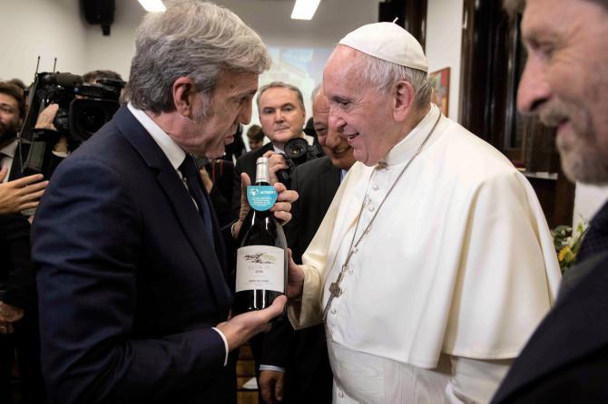 José Moro entrega una botella de Cepa 21 2016 a Su Santidad, el Papa Francisco, en su encuentro en la Ciudad del Vaticano.