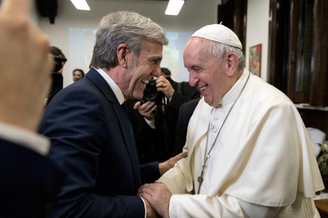 José Moro y Su Santidad El Papa Francisco intercambian palabras de afecto y comentan el nuevo proyecto solidario de Bodegas Cepa 21.