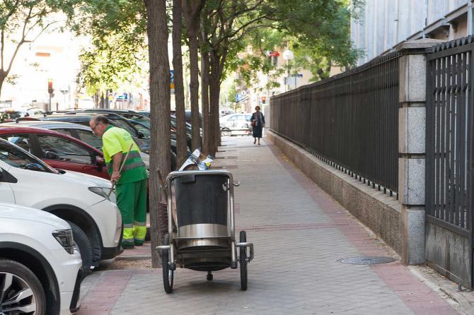La calle se encontraba la semana pasada en buen estado de limpieza, con presencia de operarios.