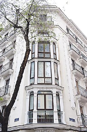 Edificios clásicos del Barrio de Salamanca van delimitando el paseo al viandante, que no debe olvidar levantar la vista para descubrirlos.