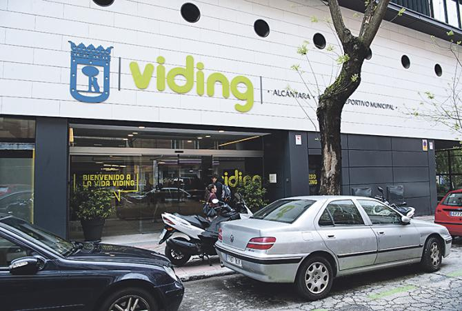El centro deportivo municipal de Alcántara está situado en el lugar que ocupasen las antiguas cocheras de la Empresa Municipal de Transportes.