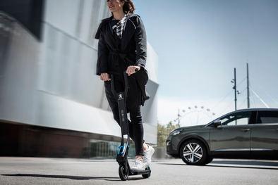 Peugeot presenta un patinete ultraplegable que llega a los 25km/h durante 12 kilómetros