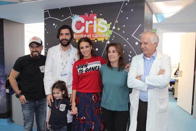 Paula Echevarría visita la Unidad de Investigación de Cáncer Infantil de La Paz