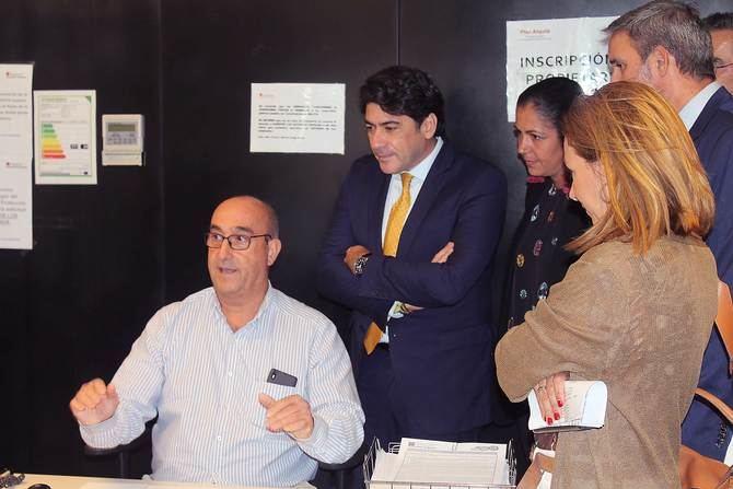 Pérez ha visitado la oficina de atención ciudadana del Plan Alquila situada en la avenida de Asturias, en el distrito de Tetuán.