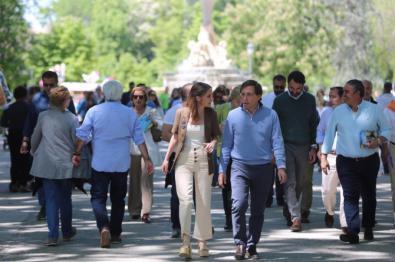 José Luis Martínez Almeida y Andrea Levy recorrieron algunos paseos del parque del Retiro y denunciaron la baja ejecución del presupuesto para el parque.
