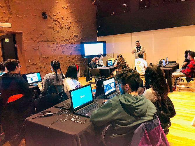 Grupo de chicos en la primera sesión del taller Programando por la Paz.