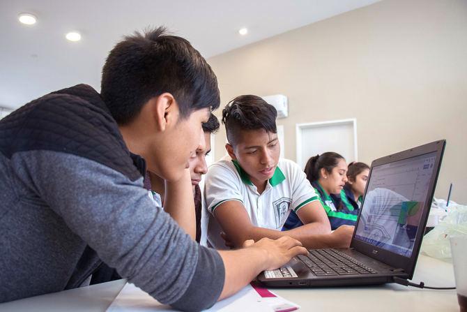 Jóvenes argentinos en una actividad de promoción de ciudadanía virtual, de Scholas Tecnología.