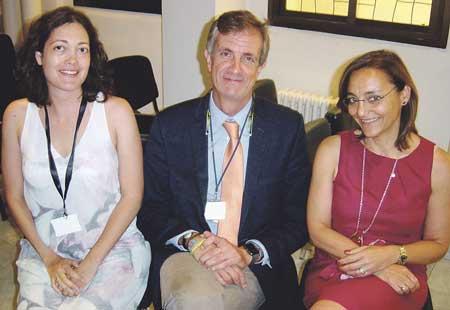 En la imagen, en el centro el Dr. Jódar, flanqueado a su derecha por la Dra. Cortés y a su izquierda, la Dra. Gerechter.