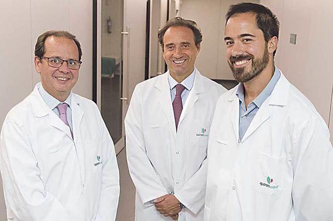 En la imagen superior, de izda. a dcha, el Dr. Jaime Masjuan, el Dr. Rafael Arroyo y el Dr. Jaime González-Valcárcel, la Unidad de Ictus del complejo universitario Ruber Juan Bravo.