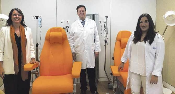 De izquierda a derecha: Paula Gómez Vela, arquitecta arquitecta especializada en arquitectura para la salud; Javier Román, oncólogo médico y director médico IOB Institute of Oncology Madrid y Almudena Corredera, supervisora de enfermería IOB-Ruber Juan Bravo.