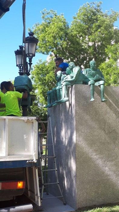 Comienza a instalarse en el paseo de Recoletos una escultura de tres metros en homenaje a los migrantes y refugiados
