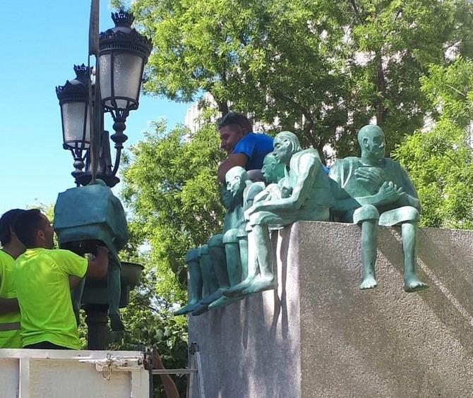 A lo largo de estos días se está instalando la escultura en el paseo de Recoletos.