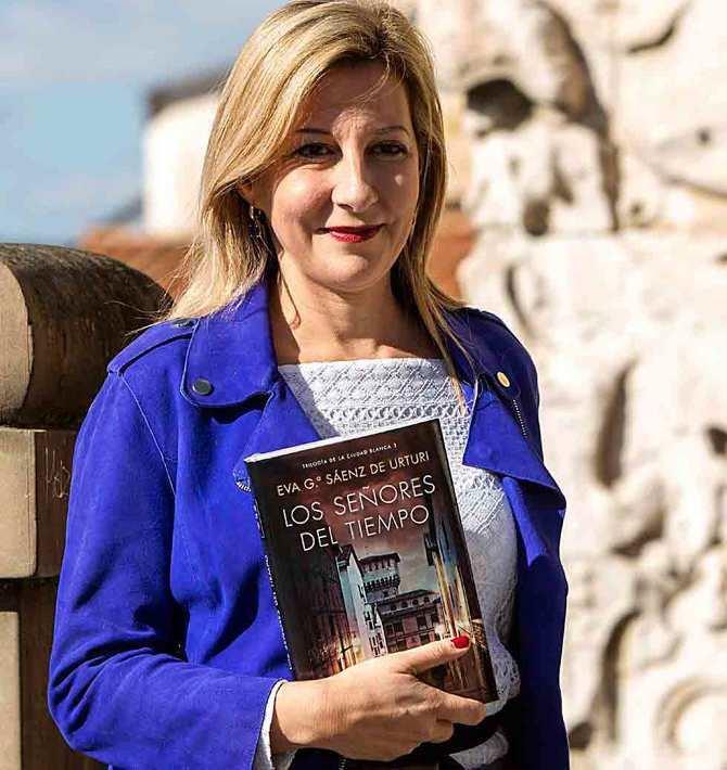 La escritora Eva García Sáenz de Urturi en la presentación de 'Los señores del tiempo' este martes en Vitoria. David Aguilar EFE