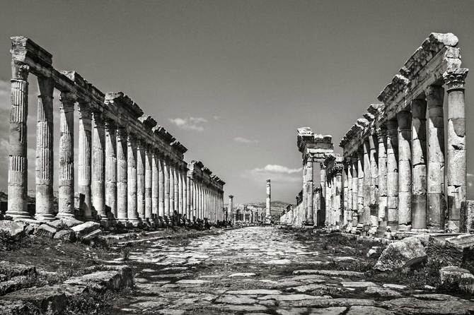 La muestra reflexiona no sólo sobre la belleza, sino también sobre la pérdida y el carácter inmaterial de la cultura. Estas imágenes recuerdan que la barbarie nunca podrá borrar de la memoria la grandeza de un pueblo y de las civilizaciones que allí se asentaron. En la imagen superior, las ruinas de Aphamea.