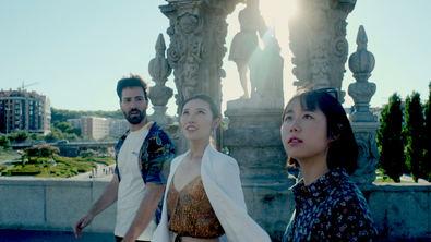Yhu y Shu, dos jóvenes chinas, viajarán de la mano de Rafa, un estudiante español aficionado a la cultura oriental que introducirá a sus compañeras en el ambiente nacional, con la visita de los enclaves más representativos de la cultura española.