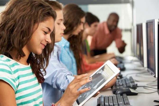 Los estudiantes de madrileños aseguran no estar bien formados en materia tecnológica