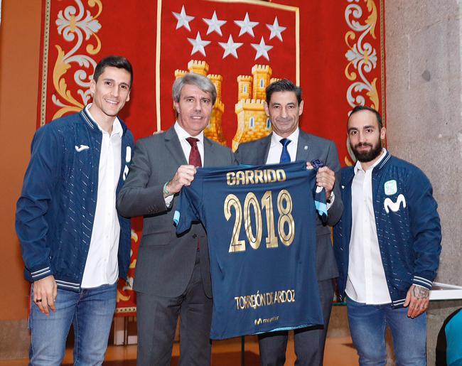 Foto de grupo presidida por Ángel Garrido y miembros del gobierno regional.