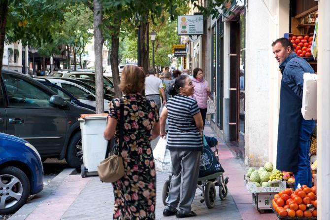 Junto a los grandes focos comerciales, destaca en la calle del General Díaz Porlier su comercio tradicional y de proximidad, donde los tenderos aún llaman por su nombre a los clientes.