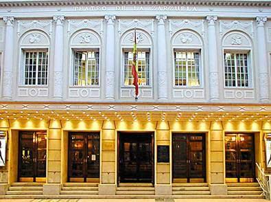 Entre los hitos de la temporada, destaca que el 14 de mayo se cumplirán 50 años del debut de Plácido Domingo en Madrid, en este Teatro de la Zarzuela, y en la función de ese día de 'Luisa Fernanda' será él quien interprete el papel de Vidal para celebrarlo.