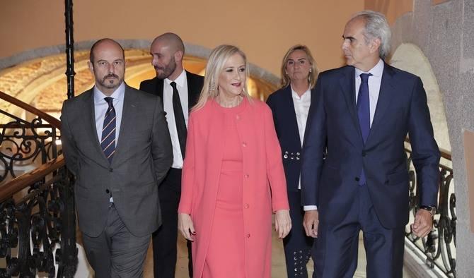 Cristina Cifuentes con los nuevos consejeros. De izquierda a derecha, Pedro Rollán, Jaime de los Santos, Rosalía Gonzalo y Enrique Ruiz-Escudero.