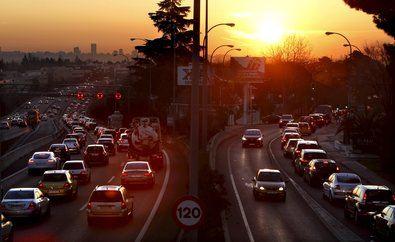 Ecologistas en Acción denuncia que el tráfico es uno de los causantes de los altos niveles de contaminación por ozono que se dan en la región de Madrid.