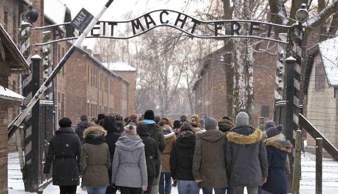 La exposición no pretende competir con la experiencia vital de visitar el campo de concentración de Auschwitz-Birkenau, en Polonia, donde murieron 1.100.000 víctimas, el 90% judíos, y que recibe dos millones de visitantes anuales. El complejo estuvo en funcionamento entre 1940 y 1945, fecha en la que fue liberado.