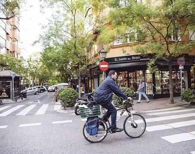 Motos y peatones pujan por las aceras