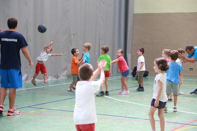 Tenis, natación, baloncesto, vóley, fútbol o patinaje son algunas de las propuestas que el Consistorio hace a las familias para los menores se diviertan y aprendan de-portes colectivos e individuales.