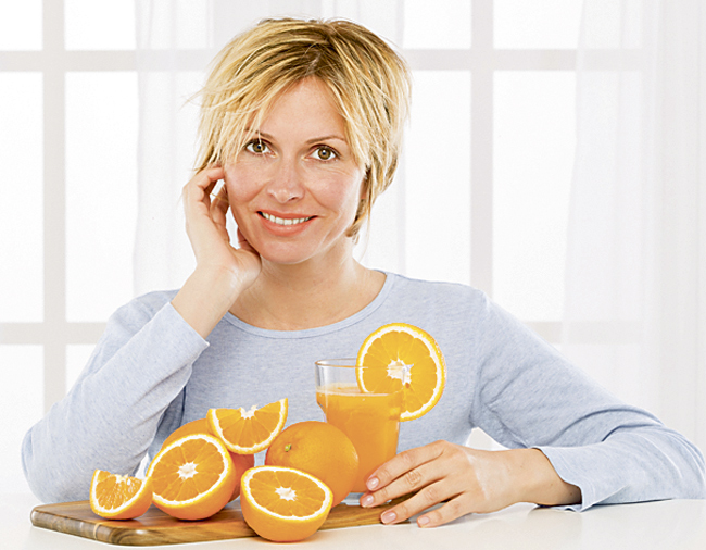 Vitaminas y antioxidantes. La alimentación también influye en la salud ocular. Por eso, es fundamental incorporar en la dieta productos ricos en vitaminas A, E, C y antioxidantes como las zanahorias, las verduras de hojas verdes o frutas como los albaricoques, las cerezas, las naranjas y las fresas… Los ácidos grasos Omega-3 también pueden ayudar a protegernos del síndrome del ojo seco.