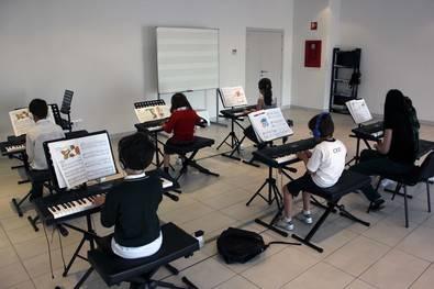 Talía dará clases de música en dos colegios