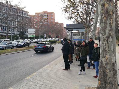 Colas en Emigrantes esperando el autobús alternativo.