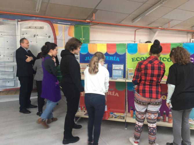 Un mercadillo itinerante en el Princesa Sofía ha enseñado a los alumnos qué es el consumo responsable