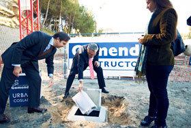 Raúl López, alcalde de Coslada, y Pablo Gomendio, director general del Grupo Inmobiliario Gomendio, han colocado la primera piedra de la promoción.