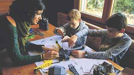 innovacióN  en las aulas. Educar en la excelencia exige tener los últimos adelantos e innovaciones para enseñar con herramientas del siglo XXI, que forman parte del día a día de  los alumnos. Los drones son una herramienta más que se está comenzando  a introducir en las aulas  al igual que ya se hizo  en el pasado con los ordenadores, las pizarras digitales o las tabletas.