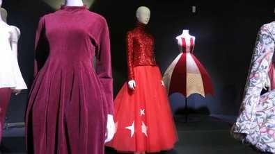 El vestuario femenino resalta el cuerpo de la mujer con siluetas que tienen la cintura como eje, que se marca o se oculta. La silueta es, en definitiva, la que marca la moda, la esencia de un vestido.