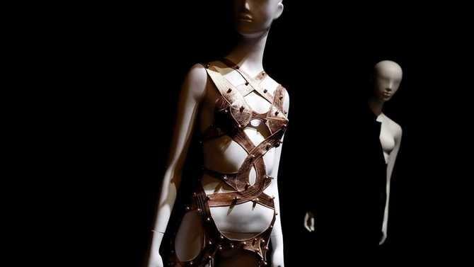La exposición muestra más de 80 vestidos de firmas como Chanel, Elsa Schiaparelli, Alaïa, Christian Lacroix o diseñadores españoles, de la talla de Balenciaga, Josep Font, Ágatha Ruiz de la Prada o Lorenzo Caprile.