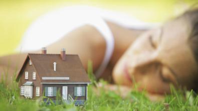 Las mujeres disponen de un 16% menos de liquidez que los hombres para cambiar de vivienda