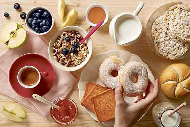 """LA CANTIDAD IDEAL. Las cantidades que suelen recomendar los expertos se sitúan entre 4 o 6 raciones al día (con preferencia a los cereales integrales). """"Una ración equivale a un plato de pasta ni muy lleno ni muy vacío, a 3 o 4 rebanadas de pan o a una taza pequeña de arroz"""", detalla. Asimismo, los nutricionistas enumeran una serie de c0nsejos para incluir el cereal integral en nuestra dieta: • Escoger cereales integrales para el desayuno, o al menos aquellos que contengan una gran cantidad de éstos. • Tomar tostadas o pan de harina integral. • Sustituir los picatostes por tostadas de pan integral."""