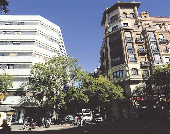 Arriba, los primeros números de la calle del General Pardiñas, en concreto su cruce con la de Goya.