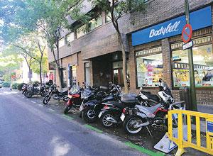 A la calle del General Pardiñas se puede llegar en transporte público o privado, ya sea coche o moto, pues tiene aparcamientos varios.