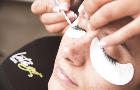 Con las extensiones de pestañas puedes maquillarte y desmaquillarte perfectamente, siempre y cuando utilicemos productos de base al agua, nunca los oleosos o 'waterproof'.