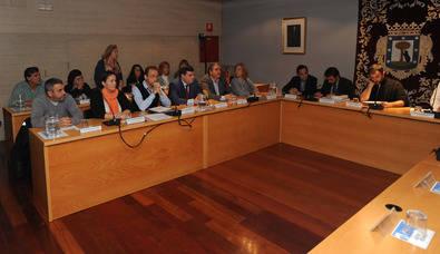 Bancada popular, más la de Ciudadanos, en el Pleno de la Junta Municipal de Retiro.