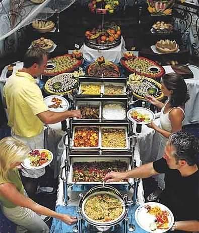Consejos para enfrentar de una forma saludable las tentaciones culinarias de un buffet libre
