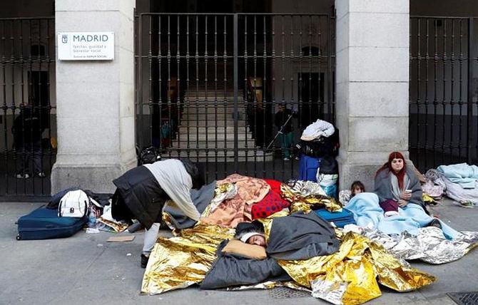 Familias durmiendo en la calle a las puertas del Samur.