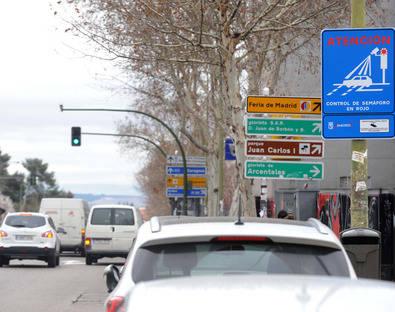 Semáforo con cámara en Alcalá con San Romualdo.